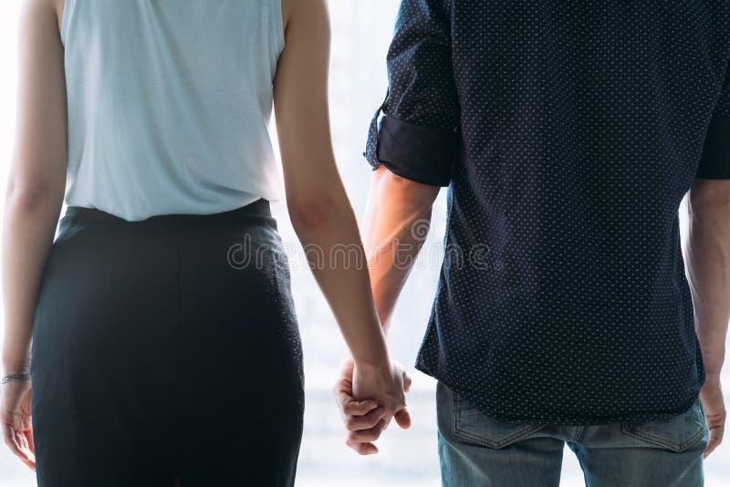 Pares novos seguros do amor romântico do relacionamento fotografia de stock royalty free