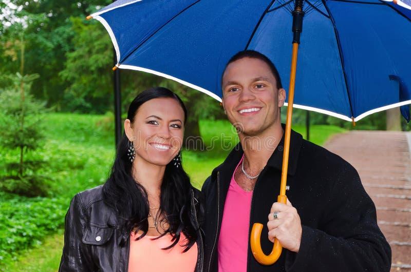 Download Pares Novos Sob O Guarda-chuva Foto de Stock - Imagem de outdoor, amantes: 26516782