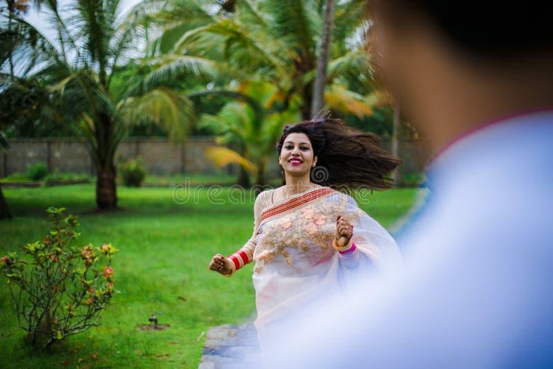 Pares novos tradicionais indianos imagens de stock