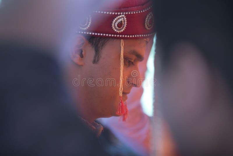 Pares novos tradicionais indianos casados imagem de stock royalty free