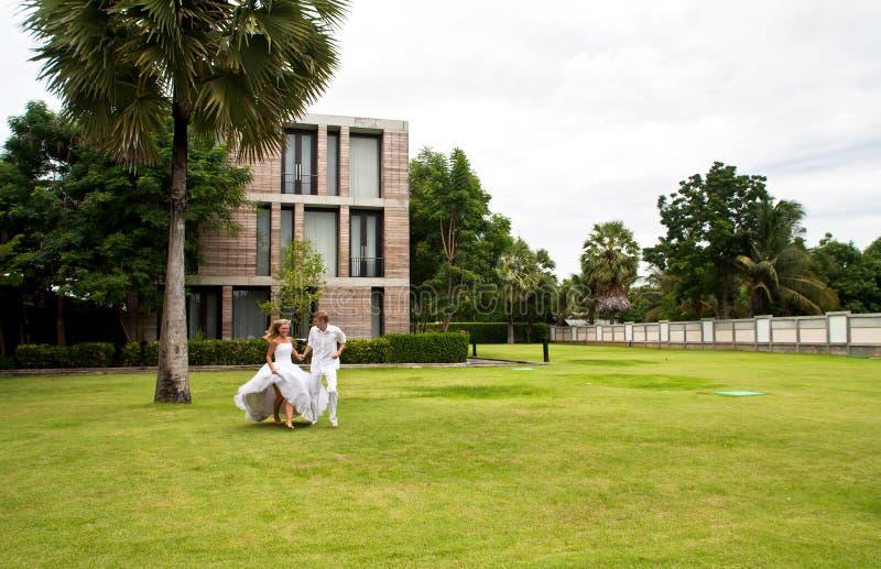 Pares nuevamente wedding que se divierten en un parque fotografía de archivo