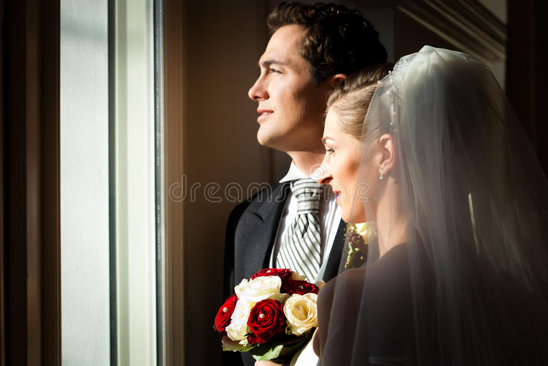 Pares nupciais em seu casamento fotografia de stock
