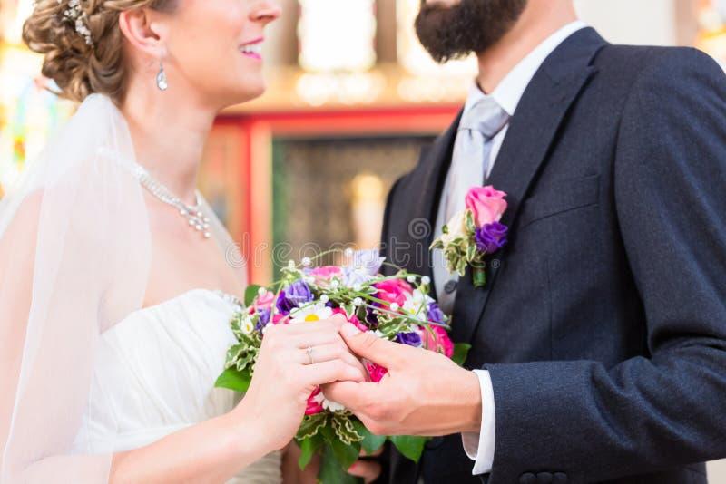 Pares nupciais na igreja que tem o casamento foto de stock royalty free