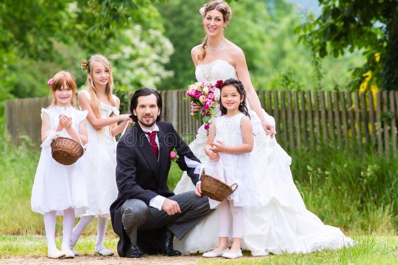 Pares nupciais no casamento com crianças foto de stock royalty free