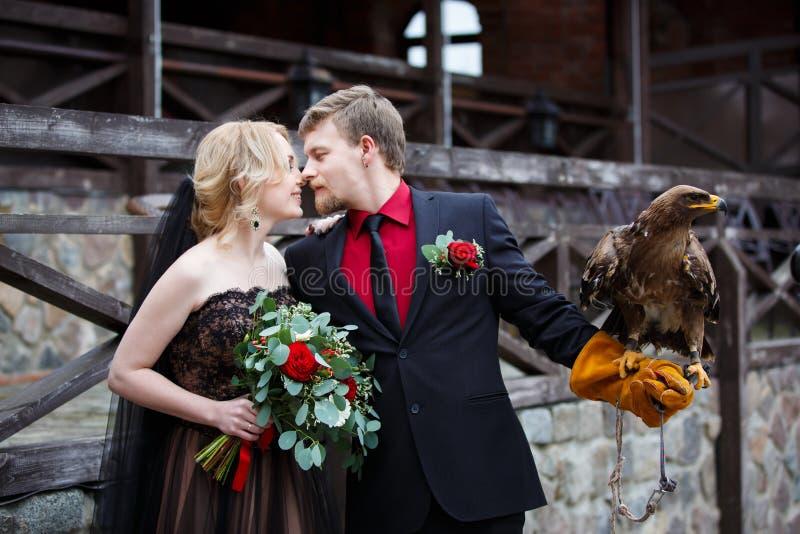 Pares nupciales con el águila fotografía de archivo