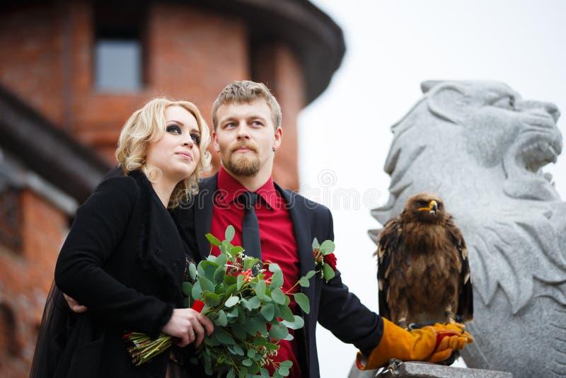 Pares nupciales con el águila foto de archivo