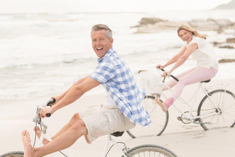Pares ocasionais em um passeio da bicicleta foto de stock