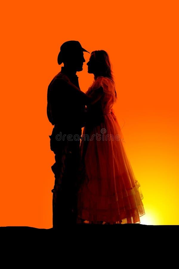 Pares ocidentais da silhueta românticos imagens de stock