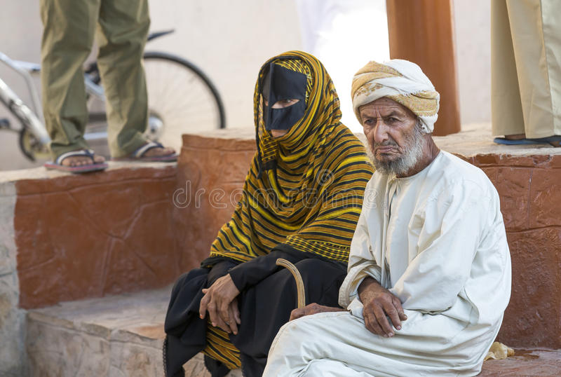Pares omanenses em um mercado imagem de stock royalty free