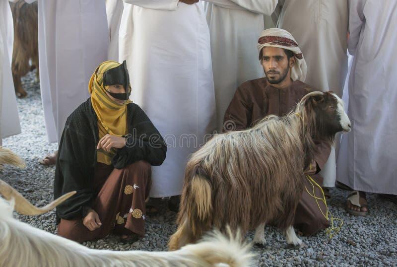 Pares omanenses em um mercado foto de stock