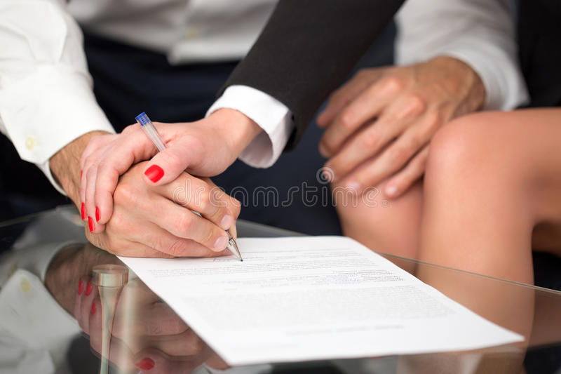 Pares ou empresários que assinam o close up do contrato foto de stock
