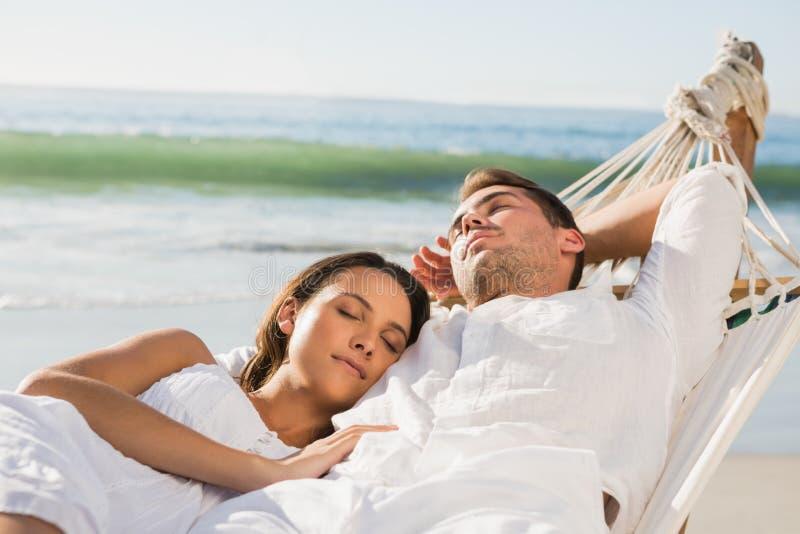 Pares pacíficos que toman una siesta en una hamaca imágenes de archivo libres de regalías