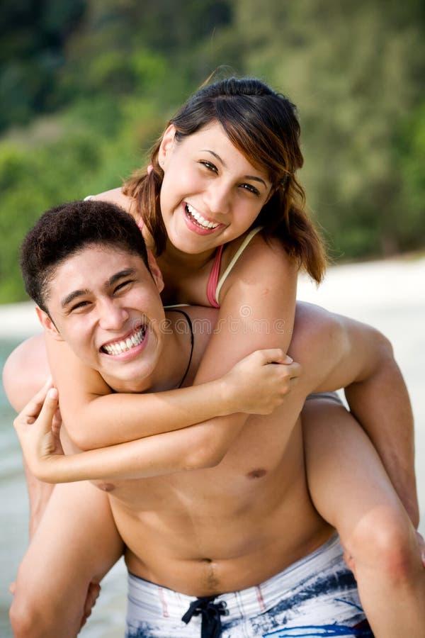 Pares pela praia que tem o divertimento fotos de stock royalty free