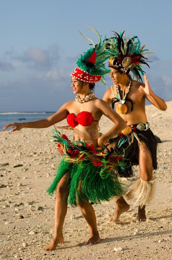 Pares polinesios jovenes de los bailarines de Tahitian de la isla del Pacífico fotos de archivo libres de regalías
