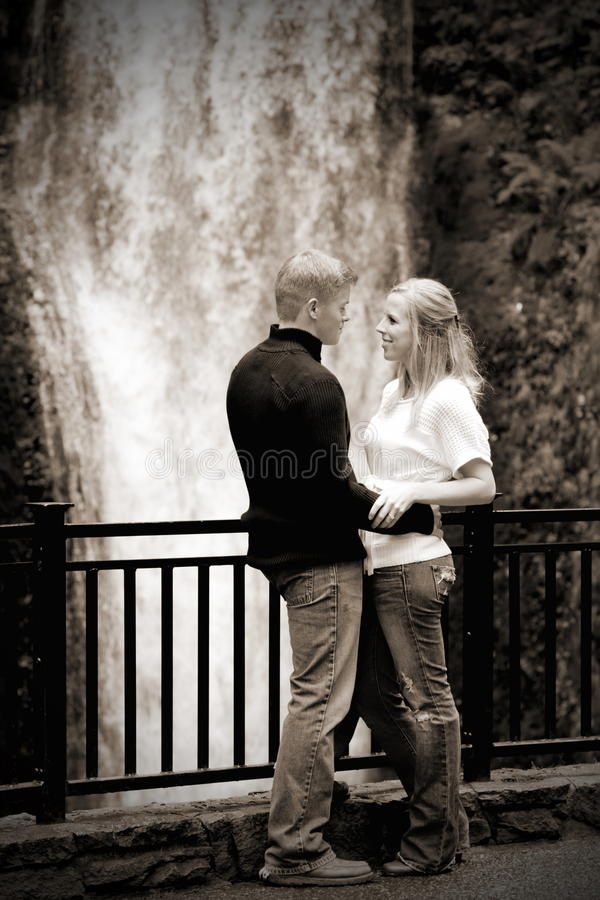 Pares por Cachoeira (BW) foto de stock