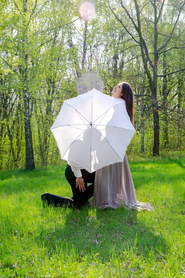 Pares por el paraguas imagen de archivo