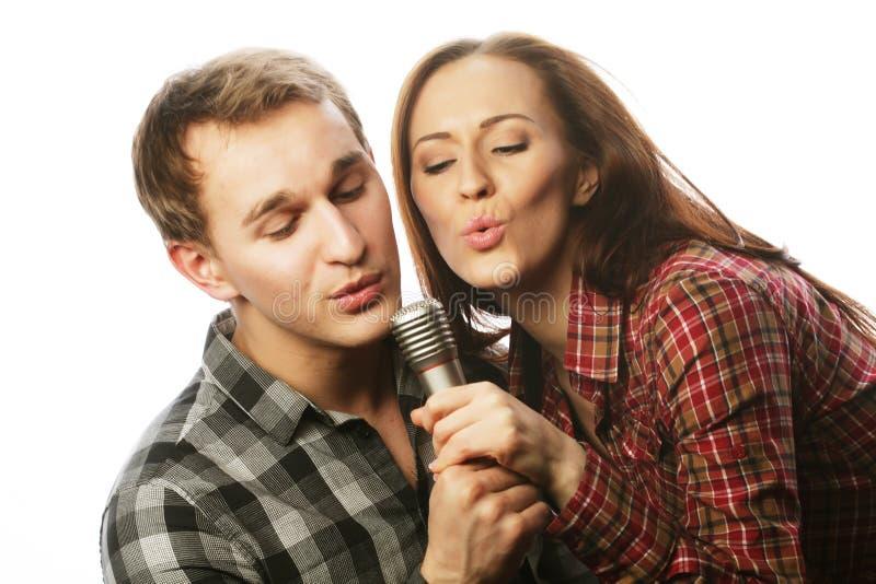 Pares preciosos con el micrófono imagen de archivo libre de regalías