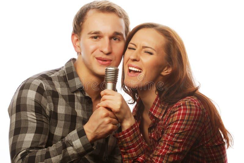 Pares preciosos con el micrófono fotografía de archivo