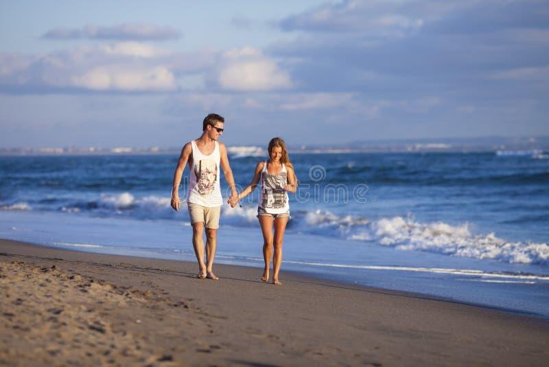Pares preciosos en la playa. imagen de archivo