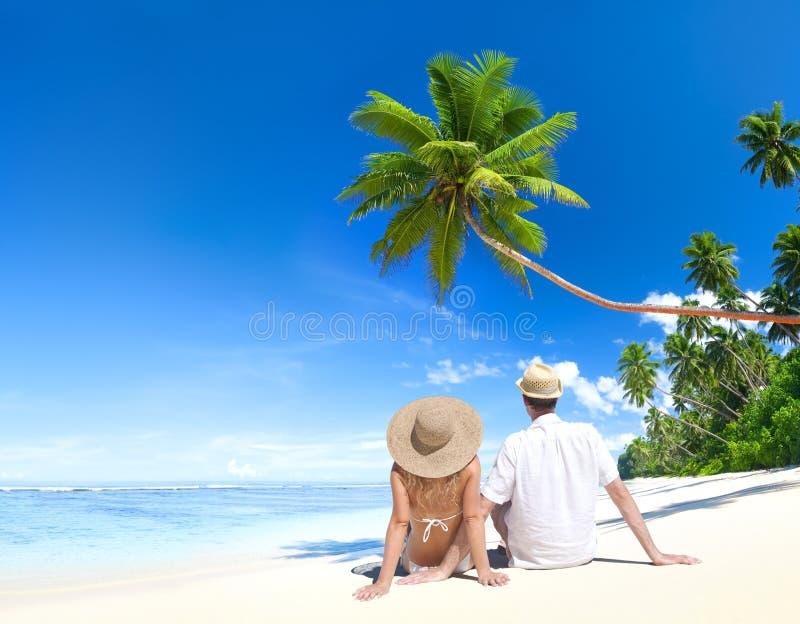 Pares preciosos en la playa tropical
