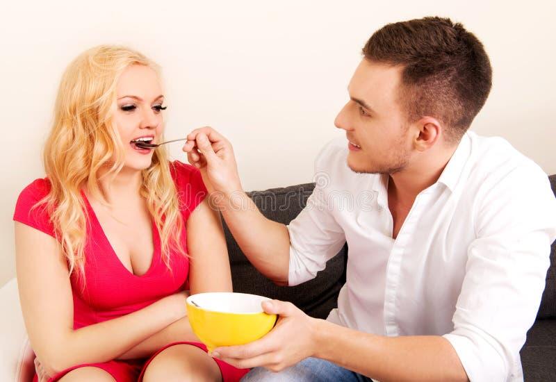 Pares preciosos que comen junto a partir de un cuenco fotografía de archivo libre de regalías