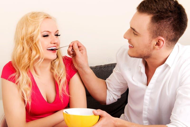 Pares preciosos que comen junto a partir de un cuenco imagen de archivo