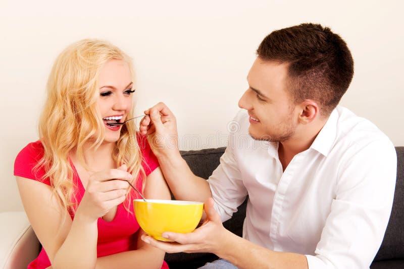 Pares preciosos que comen junto a partir de un cuenco imagen de archivo libre de regalías