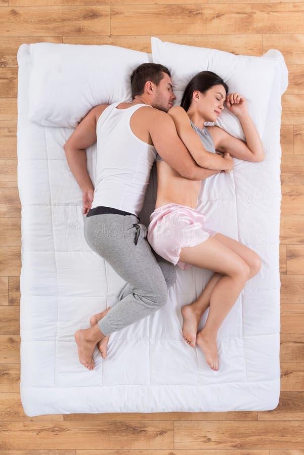 Pares preciosos que duermen en cama imágenes de archivo libres de regalías