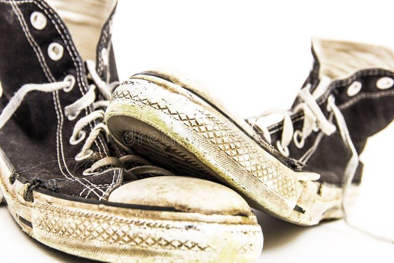 Pares preto e branco de sapatas de tênis superiores altas retros sujas sujas do ` s dos homens ou do ` s do adolescente imagem de stock royalty free