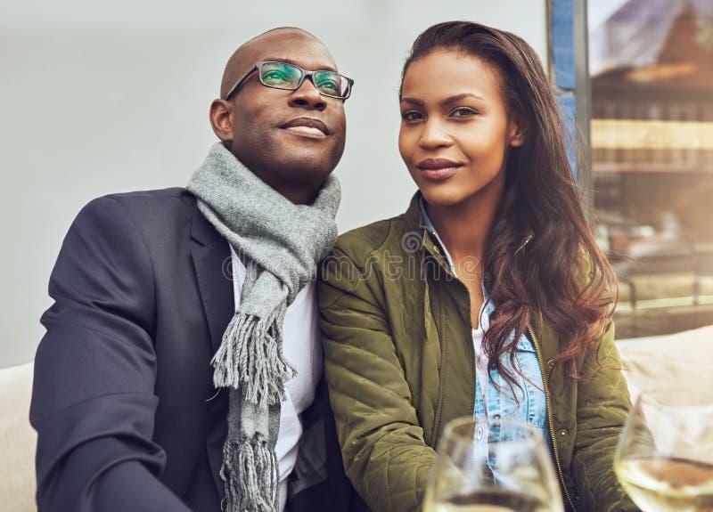 Pares pretos que apreciam a vida imagens de stock royalty free