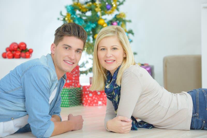 Pares puestos en árbol de navidad delantero foto de archivo