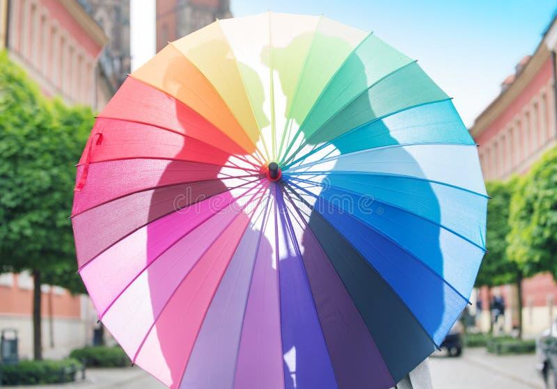 Pares que abraçam atrás do guarda-chuva fotografia de stock