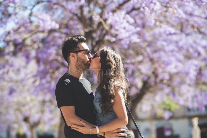 Pares que abraçam e que beijam fora foto de stock royalty free