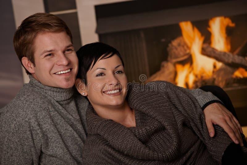 Pares que abraçam em casa fotos de stock