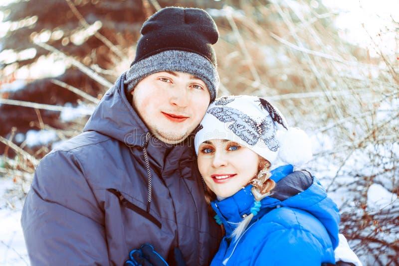 Pares que abraçam no inverno imagens de stock