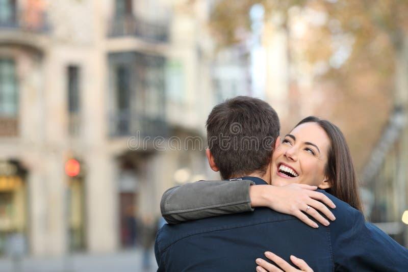 Pares que abrazan después de propuesta de matrimonio fotografía de archivo