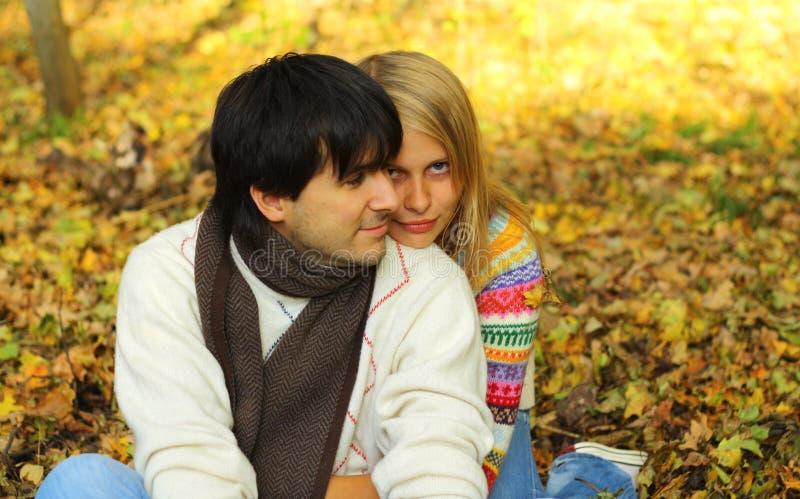 Pares que abrazan en bosque del otoño fotografía de archivo libre de regalías
