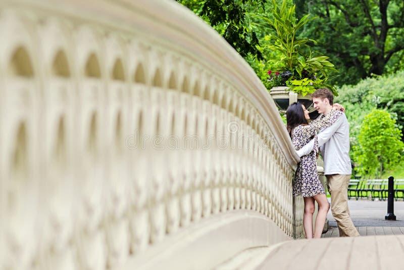 Pares que abrazan en Central Park en New York City fotos de archivo libres de regalías