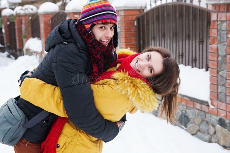 Pares que abrazan en invierno imagen de archivo