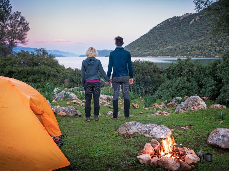 pares que acampam com fogueira fotografia de stock royalty free