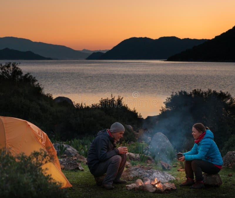 pares que acampam com fogueira imagens de stock