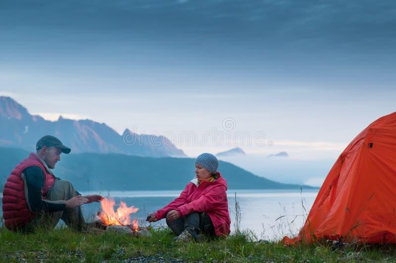 Pares que acampam em Noruega fotos de stock royalty free