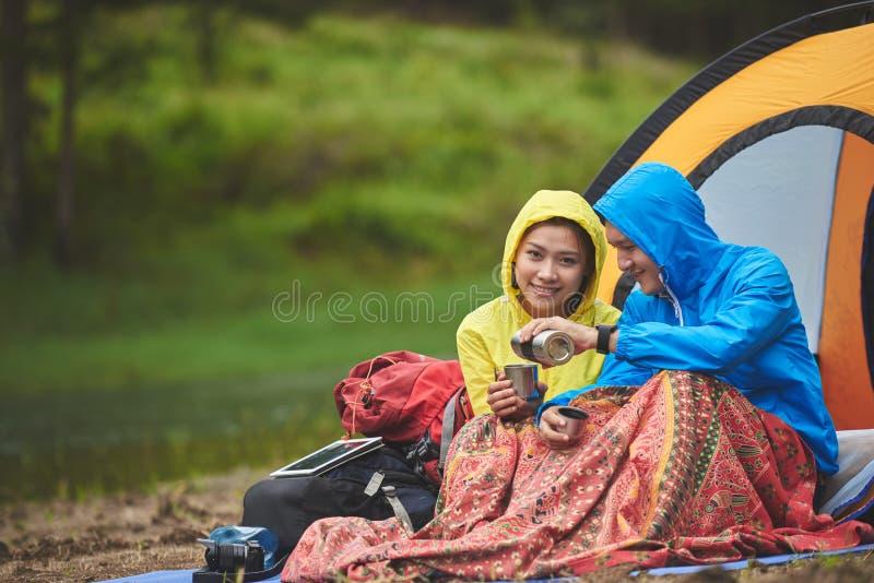Pares que acampam na floresta fotos de stock