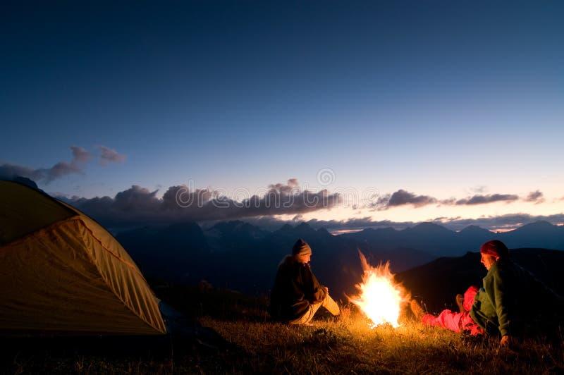 Pares que acampan en la noche fotografía de archivo libre de regalías