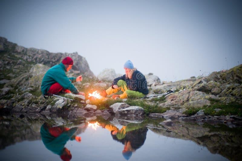 Pares que acampan en la noche imágenes de archivo libres de regalías