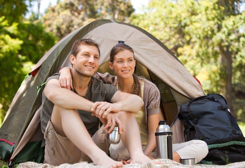 Pares que acampan en un parque imagenes de archivo