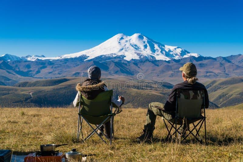 Pares que admiram montanhas imagem de stock royalty free