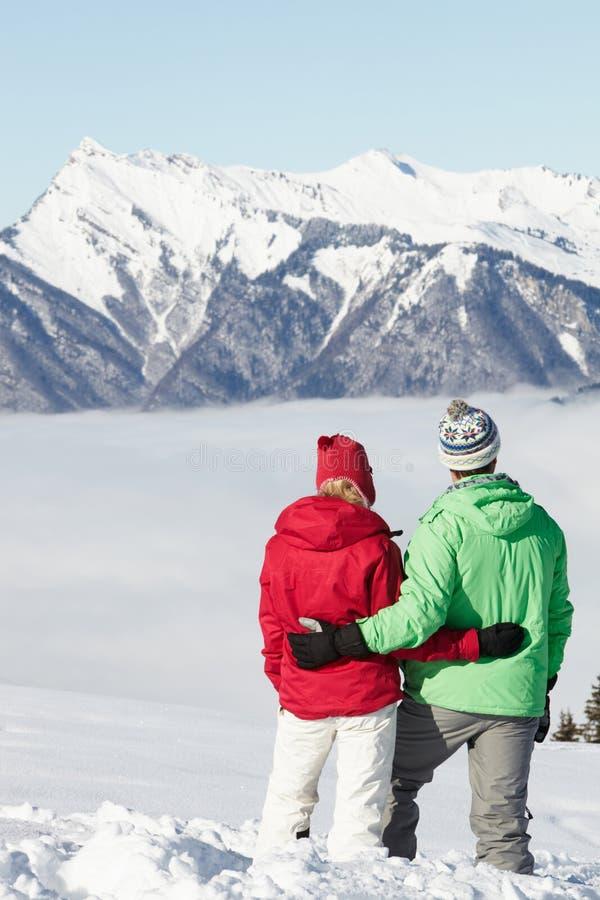 Pares que admiram o Mountain View nas montanhas fotos de stock