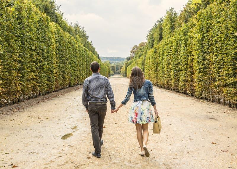 Pares que andam em um jardim fotografia de stock royalty free