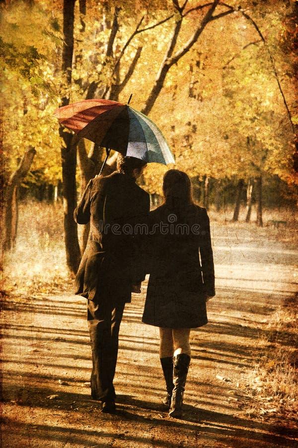 Pares que andam na aléia no parque do outono. foto de stock royalty free